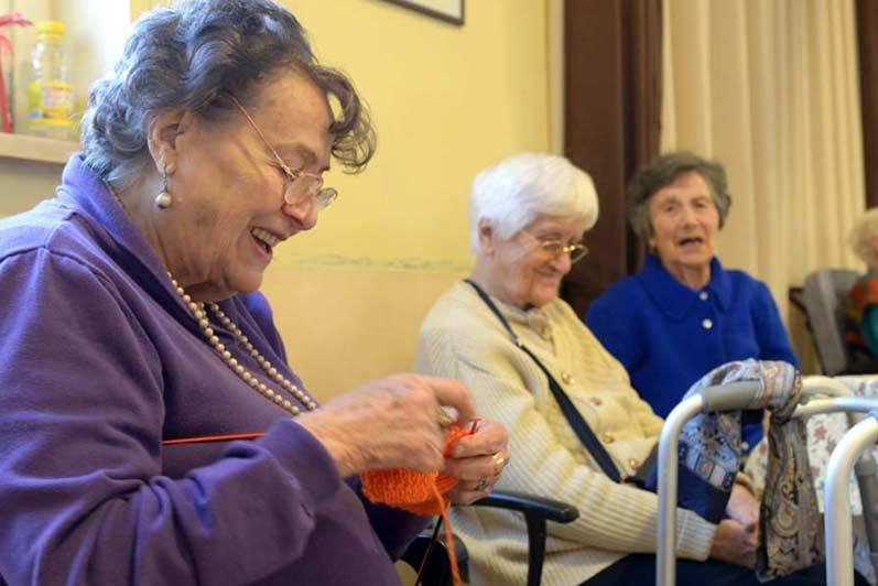 Attività in compagnia per anziani in casa di riposo