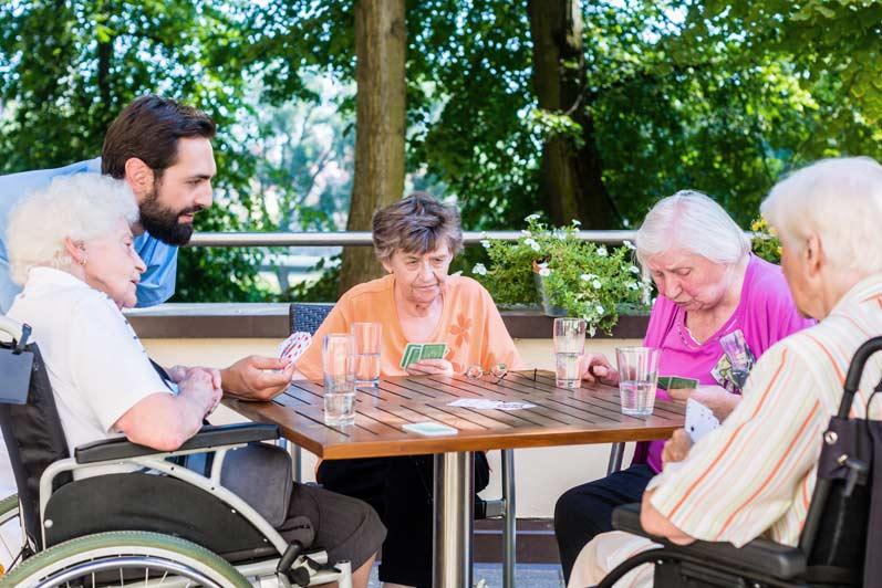 Giochi da tavola in casa di riposo