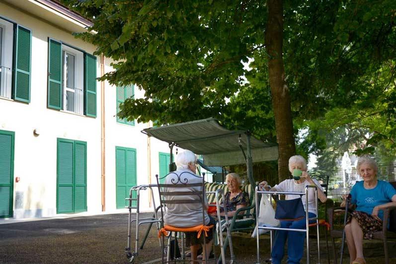 Durante la bella stagione i nostri anziani ospiti possono godere di vita all'aria aperta nel nostro parco