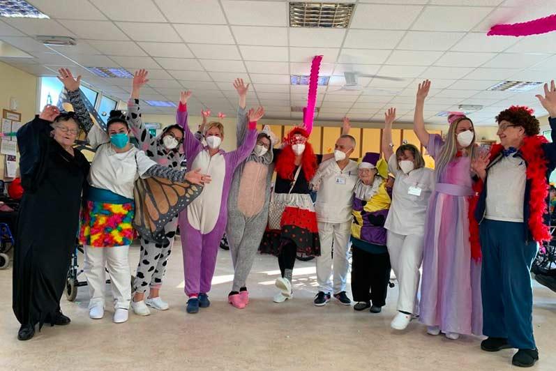 Anziani in RSA nelle aree comuni della struttura