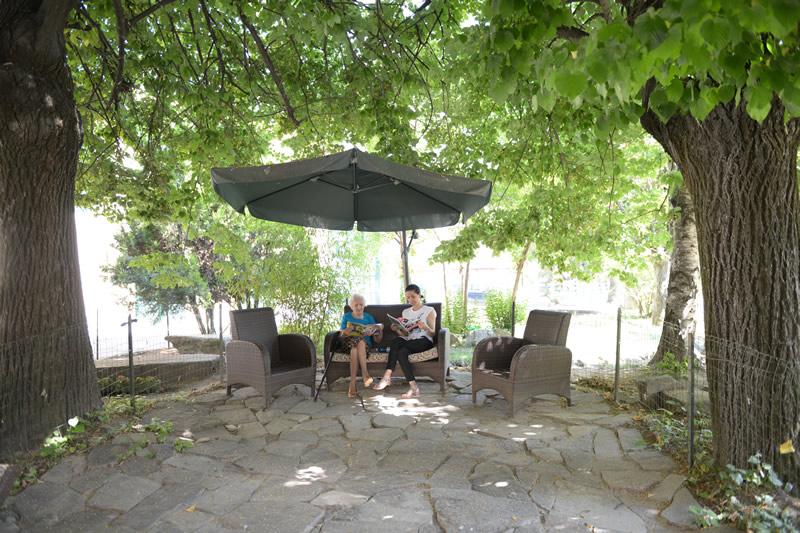 Villa Serena offre un grande giardino dove riposare e leggere un libro.