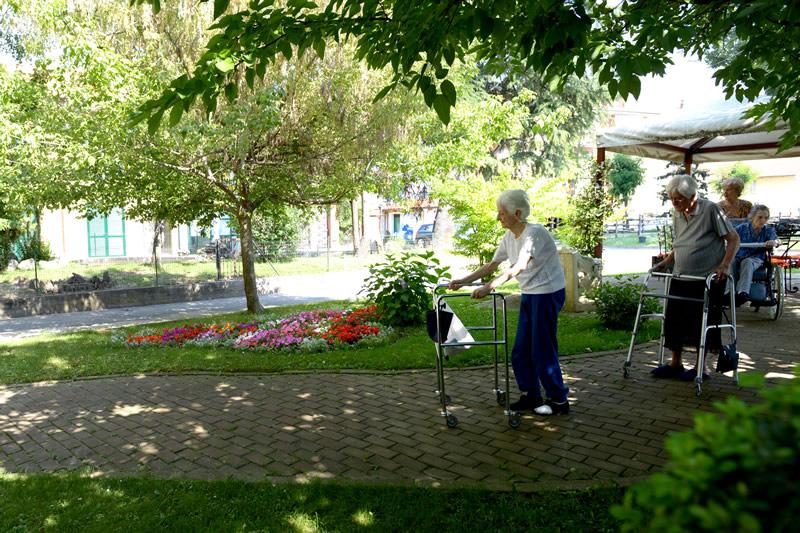 Anziani che passeggiano nel nostro giardino