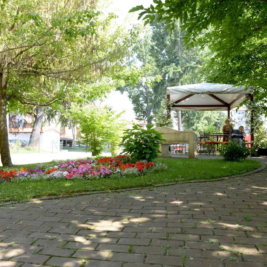 Gli ospiti di Villa Serena casa di riposo a Carmagnola passeggiano nel grande giardino della struttura