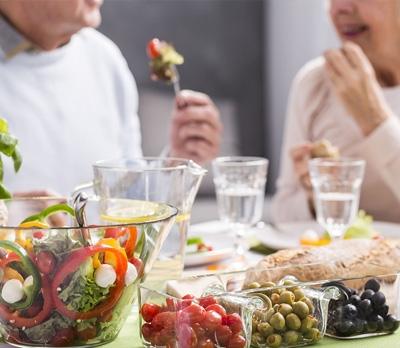 L'alimentazione che allunga la vita: la dieta dei centenari