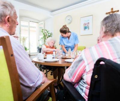 Alimentazione per gli anziani: cosa e come mangiare in terza età