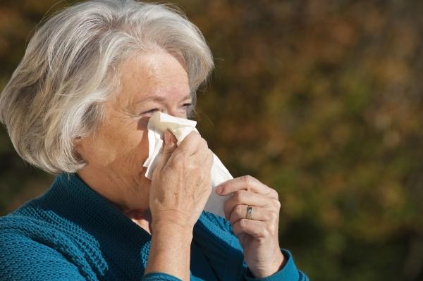 L'allergia stagionale negli anziani: sintomi e rimedi