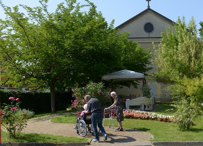 Passeggiare: attività fisica adatta agli anziani