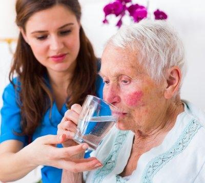 Caldo estivo e anziani: come mantenersi idratati