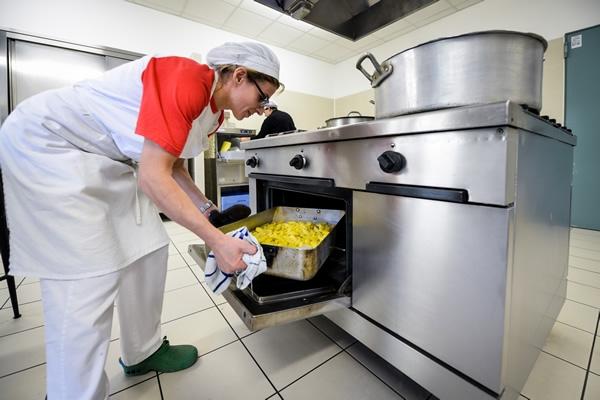 La nostra cucina interna ci consente di cucinare i cibi sul momento