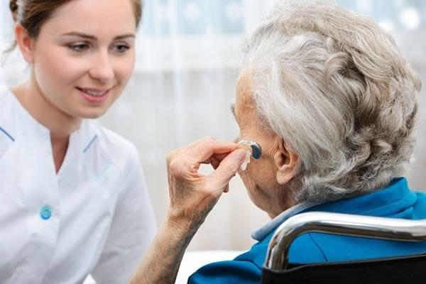 L'importanza del controllo periodico dell'udito nelle persone anziane in casa di riposo per mantenere alto il livello di qualità della vita