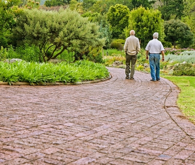 Anziani e gambe gonfie: cause e rimedi