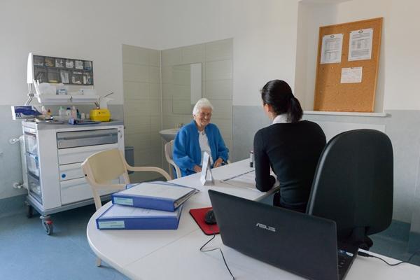 Quando è opportuno inserire una persona anziana in casa di riposo oppure in rsa? scopriamolo insieme.