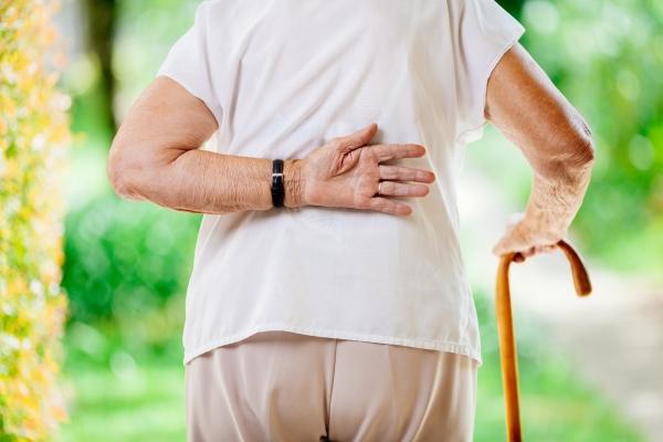 mal-di-schiena-anziani