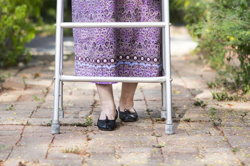Piedi gonfi negli anziani: cosa fare per stare meglio