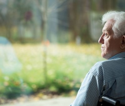 La solitudine degli anziani in estate