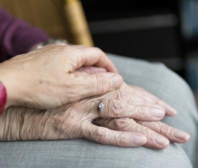 Cos'è e come riconoscere il tremore essenziale negli anziani